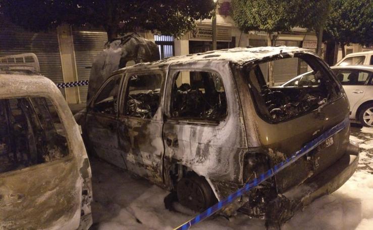 Un incendio posiblemente provocado calcina cuatro coches y afecta a árboles y persianas en Logroño