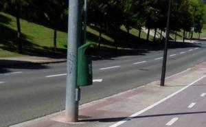 La papelera que «obliga» a invadir el carril-bici
