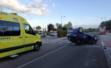 Herido al volcar su coche en la calle Ramón y Cajal de Haro