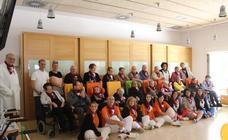 Fuenmayor impone los pañuelos a los residentes del Centro de Día por las fiestas de la Cruz