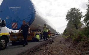 Se restablece el tráfico normal en la N-232 tras la avería de un vehículo que transportaba un tubo eólico