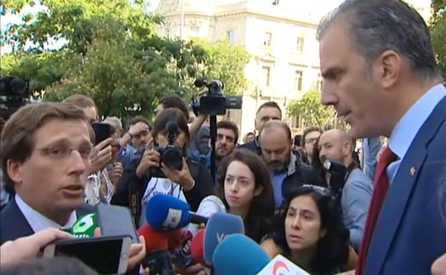 El alcalde de Madrid se enzarza con Ortega Smith por una pancarta sobre violencia machista