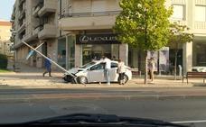 Una mujer de 38 años, trasladada a urgencias tras chocar su coche contra una farola