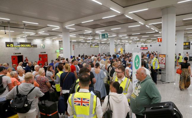 El gigante de viajes Thomas Cook quiebra y deja tirados a 600.000 turistas en el extranjero