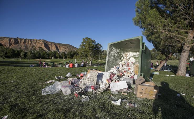 Suciedad en Logroño tras las novatadas de los universitarios