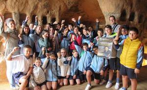 Los escolares visitan las cuevas por 'El día rupestre'