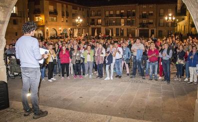 La concentración contra la moción de censura reúne a unas 250 personas en Santo Domingo