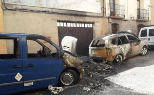 Arden dos vehículos y dos contenedores en la calle El Sol de Calahorra esta madrugada