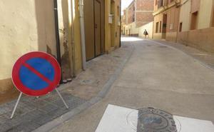 El Ayuntamiento subraya la prohibición de aparcar sobre las aceras de las calles del Burgo