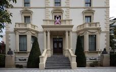 Un gran lazo en el Palacio de Gobierno