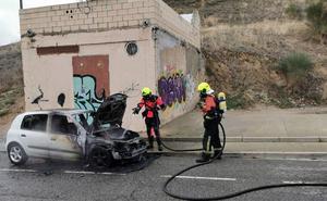 Arde un coche en la calle Gonzalo de Berceo de Haro