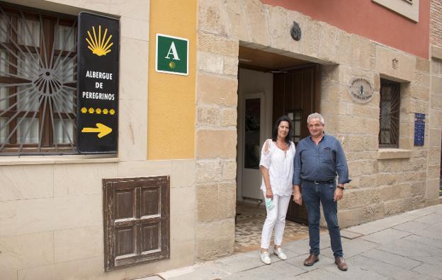 Óscar San Román y María Milagros Luzuriaga, junto al albergue.