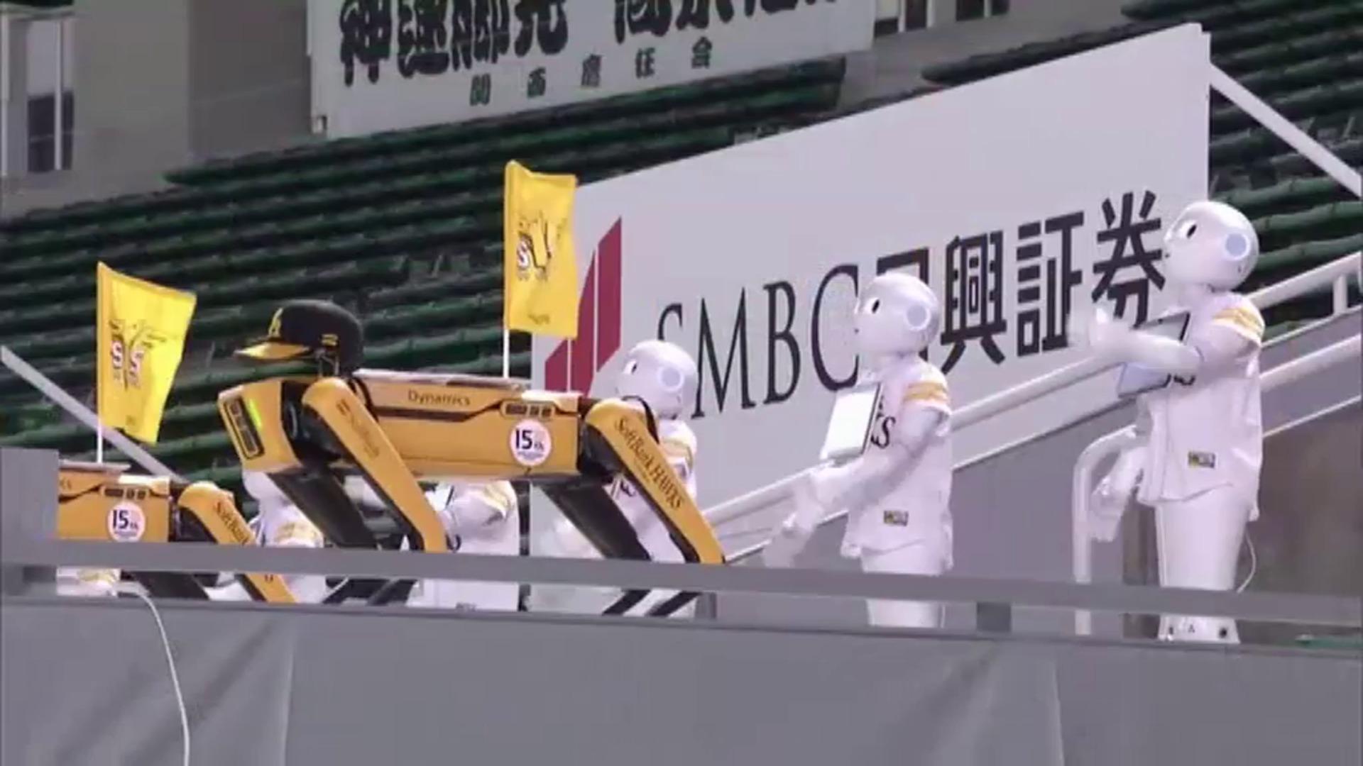20 robots animan desde las gradas a un equipo de béisbol nipón