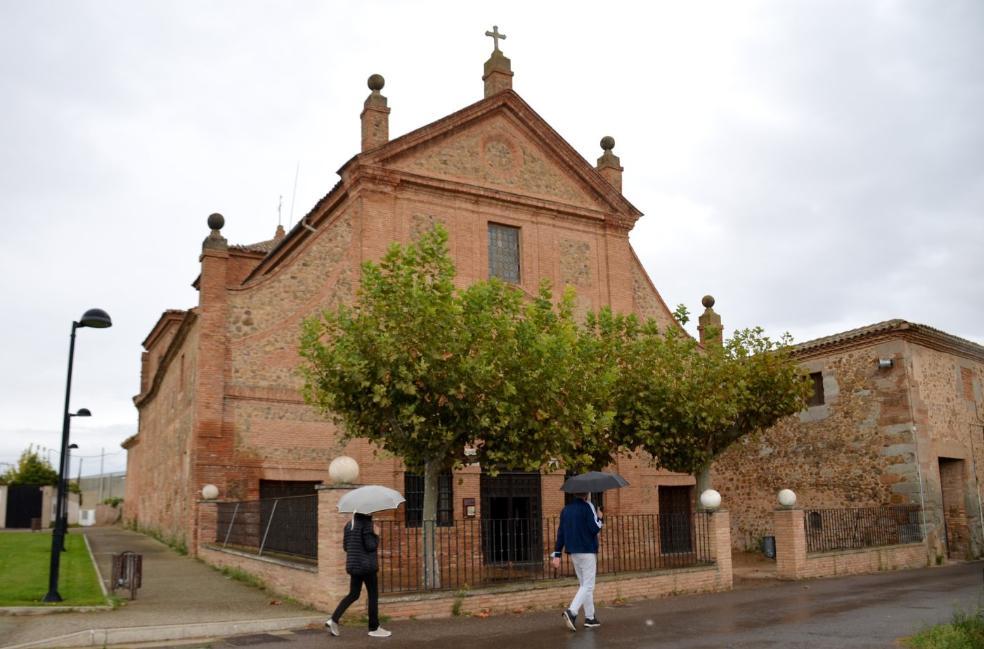 Dos feligreses, ayer por la tarde, se disponen a entrar en el santuario mariano. /Isabel Álvarez