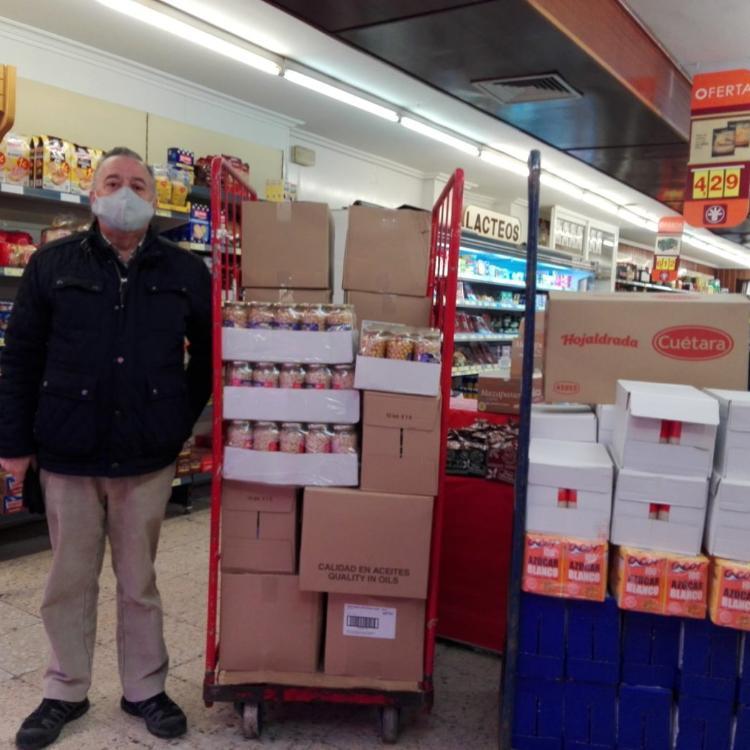La peña del Real Madrid de Santo Domingo dona más de media tonelada de alimentos a Cáritas parroquial