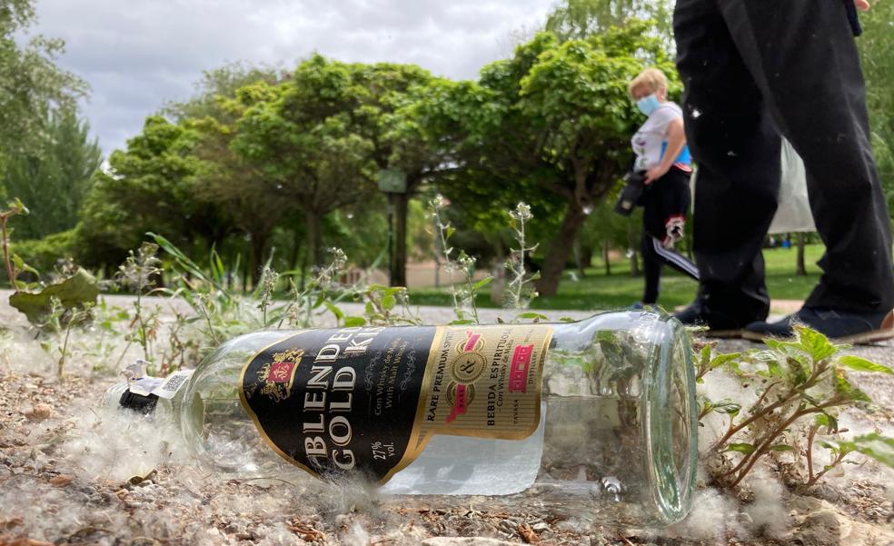 800 jóvenes se concentran en el parque del Ebro para seguir la fiesta tras el cierre de bares a medianoche