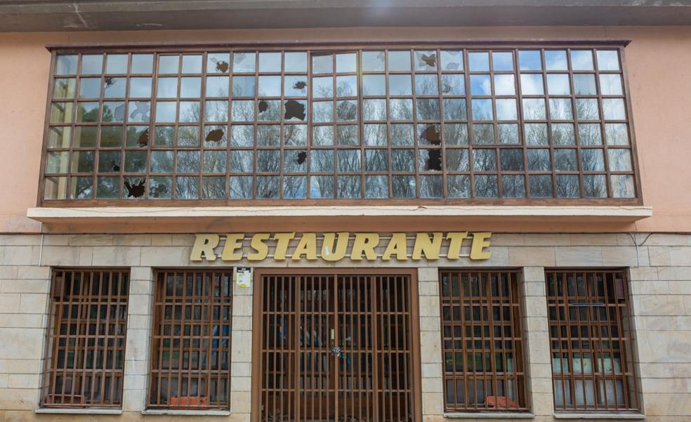 «¿Por qué no sale a concurso el bar del parque del Ebro?»