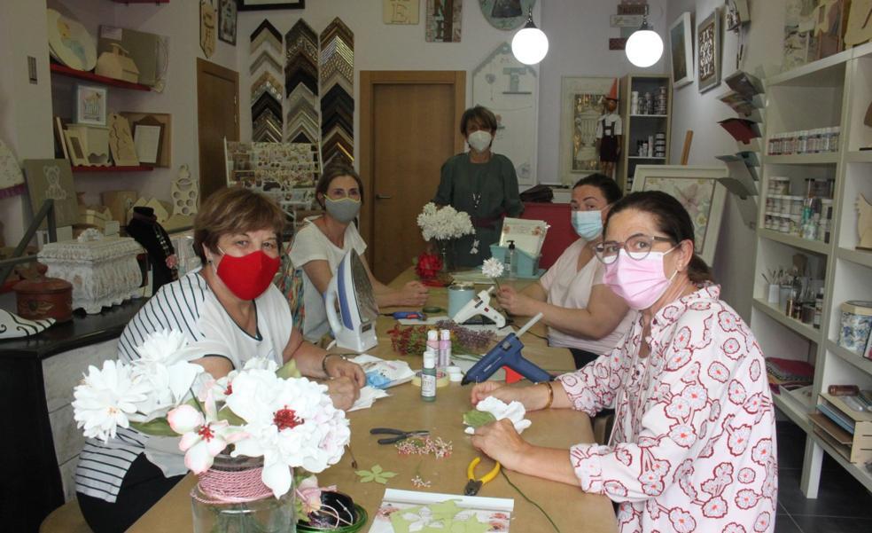 Flores terapéuticas para vestir la ermita de la patrona en Arnedo