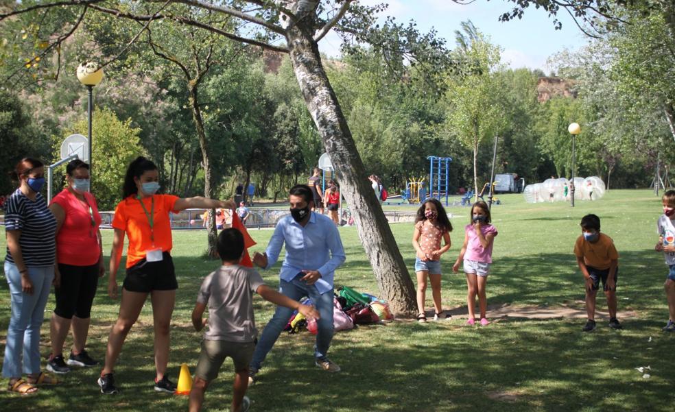 La escuela de verano de Arnedo reúne a 120 niños en el parque del Cidacos