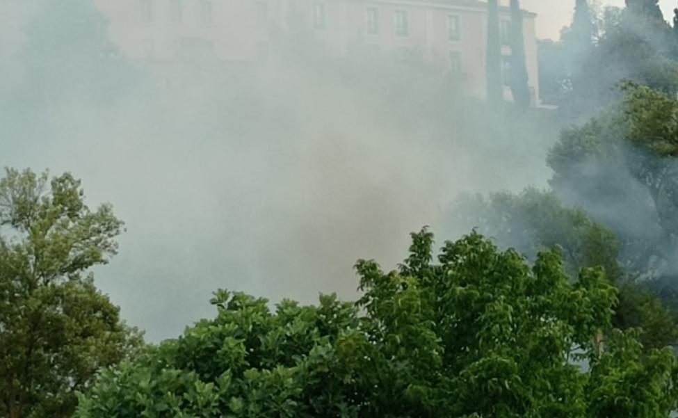 Los Bomberos evitan la expansión de un incendio en la explanada de Vico, en Arnedo