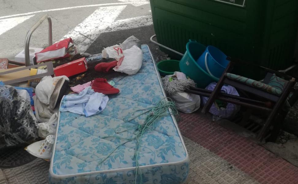 Basura fuera del contenedor en Menéndez Pelayo: «Qué incívica es la gente»
