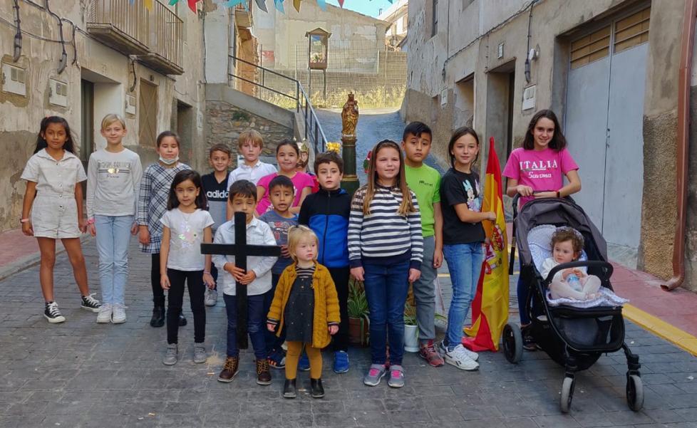 Fiesta y comida en la calle Virgen del Pilar de Cervera