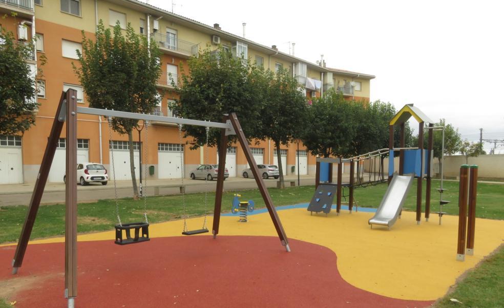 Alfaro atiende la petición vecinal y acondiciona un juego infantil en el parque Pasarela