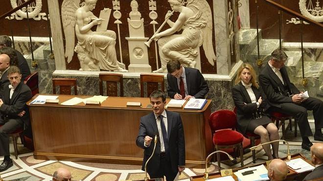 Valls supera la división socialista y saca adelante sus recortes