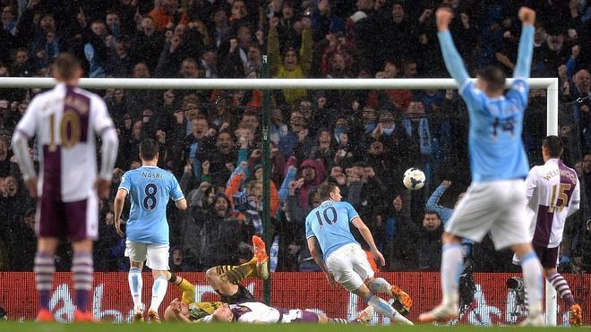 El City golea al Aston Villa y acaricia el título