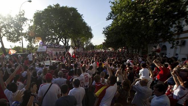 La mitad de Sevilla se echa a la calle para celebrar la Liga Europa
