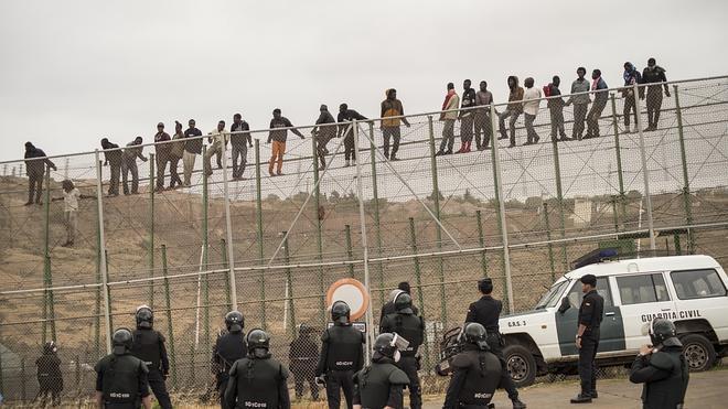 Casi medio millar de inmigrantes intentan saltar de nuevo la valla