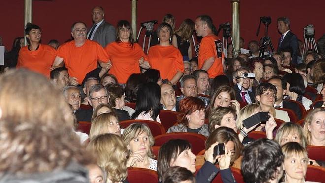 Parlamentarios de Bildu reciben al Príncipe con gritos de independencia