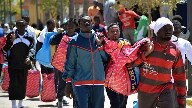 El Gobierno traslada a 360 inmigrantes de urgencia de Melilla a la Península