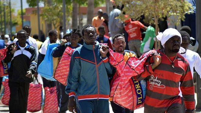 Más de 300 subsaharianos salen del CETI de Melilla hacia la península en 2 días