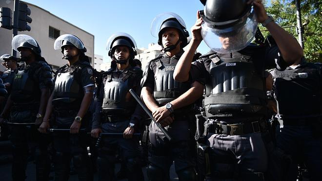 La policía dispersa una manifestación en Maracaná