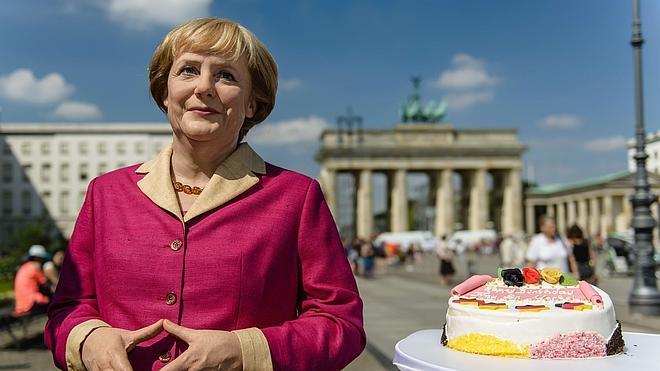 Champán, flores y 'Happy Birthday' para Merkel