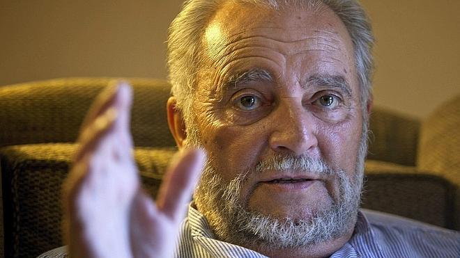 Intervienen a Julio Anguita para colocarle dos 'stent' en arterias coronarias