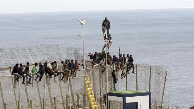 Los guardias civiles piden «directrices» ante las avalanchas en Ceuta y Melilla