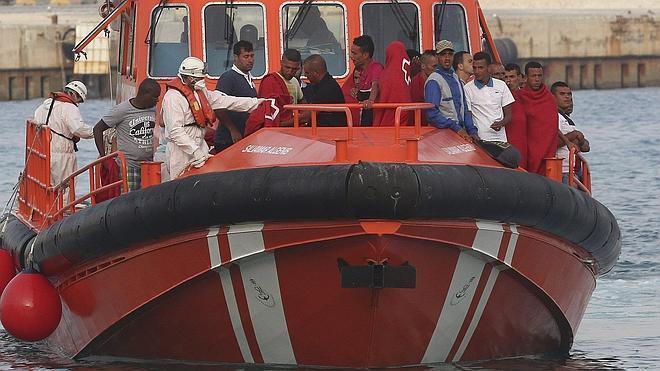 Casi 90 inmigrantes llegan a la costa en la primera oleada de pateras del verano