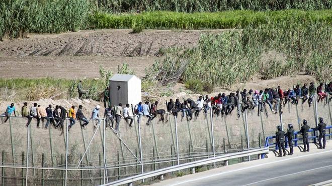 Casi un millar de inmigrantes intenta entrar a Melilla y alrededor de 80 lo consiguen