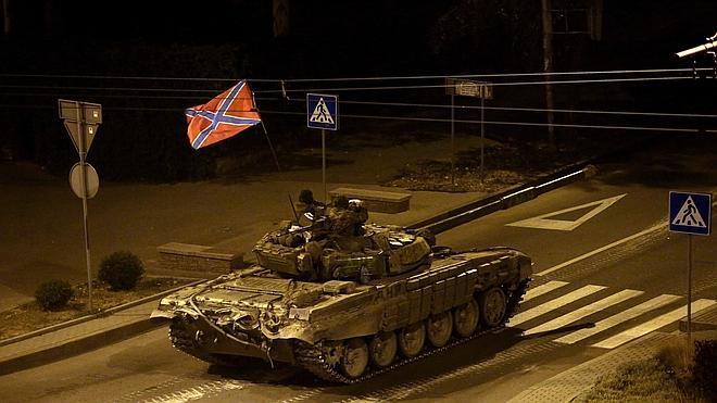 La columna de blindados separatistas se retira hacia la frontera tras ser repelida por Ucrania