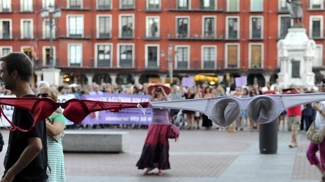 Una cadena de sujetadores rodea el Ayuntamiento para reprobar al alcalde de Valladolid