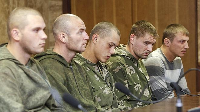 Kiev libera a los diez soldados rusos apresados en el este de Ucrania