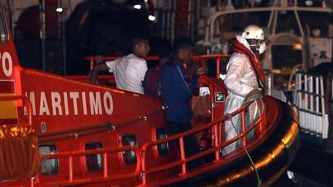 Trasladados a Gran Canaria 17 inmigrantes con hipotermia hallados en una patera