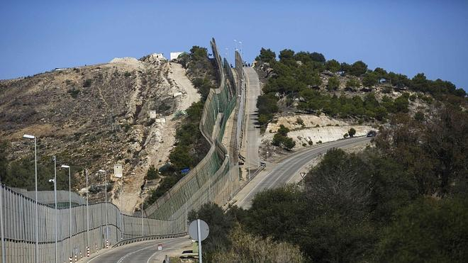 Interior admite que la ley no es «muy explícita» sobre las vallas de Ceuta y Melilla