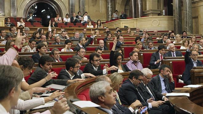 El Parlament aprueba una resolución de apoyo a la consulta con el voto de dos socialistas