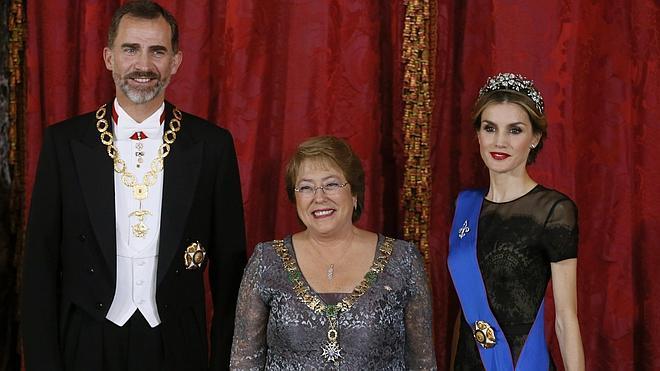 Los Reyes reciben a Bachelet en la primera visita de Estado con Felipe VI