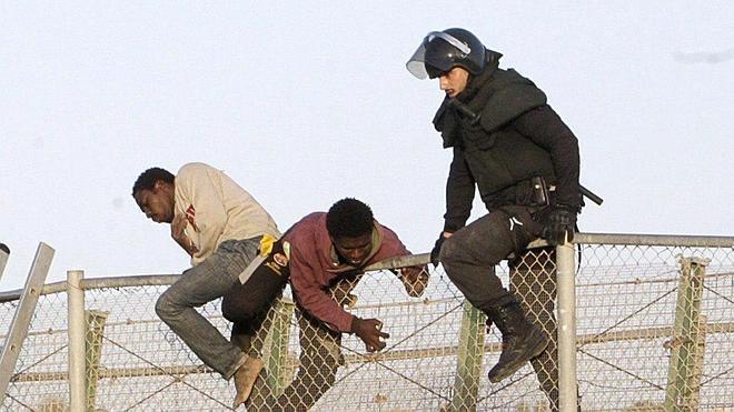 Interior rechaza permanecer «impasible» ante los 17.000 intentos de entrada por la valla de Ceuta y Melilla