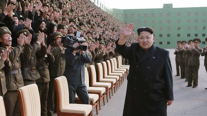 La televisión norcoreana muestra a Kim Jong-Un sin bastón pero cojeando