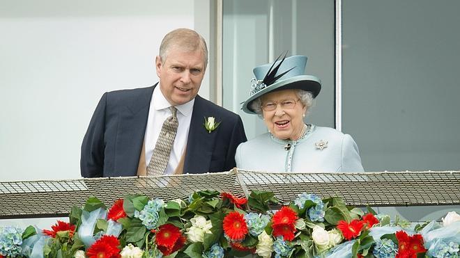 Involucran a Isabel II en el escándalo sexual del príncipe Andrés